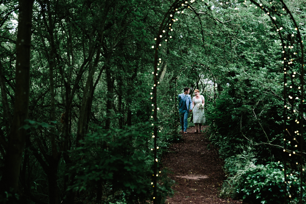 MARRIED COUPLE WALKING TO THE PERCH INN OXFORD   OXFORD WEDDING PHOTOGRAPHY